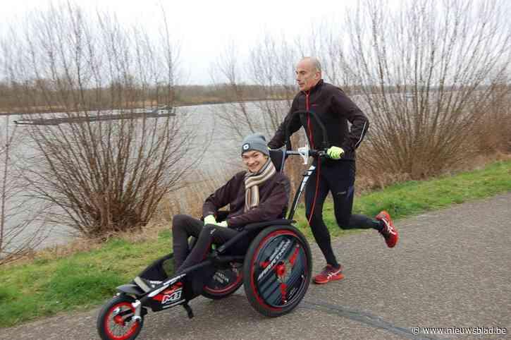 """Serge (54) loopt met Samuël (18) in de rolstoel helemaal naar de top van de Mont Ventoux: """"Hij is het hoofd, ik het lichaam"""""""