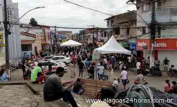 Pessoas se aglomeram em filas para sacar auxílio emergencial em Porto Calvo - Alagoas 24 Horas