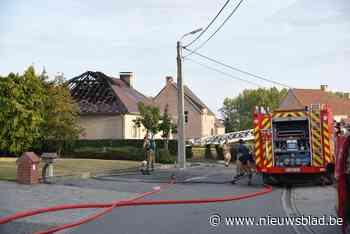 Dak van woning gaat in de vlammen op: bewoners moeten machteloos toekijken