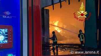 A fuoco ditta di rifiuti industriali a Montebello Vicentino. «Chiudete le finestre» - L'Arena