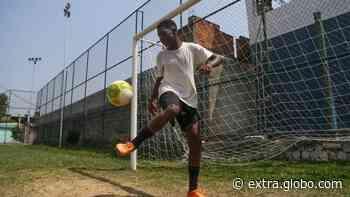 Adolescentes selecionados por novo time de futebol de Belford Roxo superam dramas para jogar - Extra