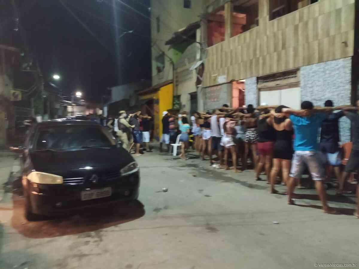 """Festa """"paredão"""" com cerca de 300 pessoas em Lauro de Freitas é encerrada pela polícia neste sábado (05) - Varela Notícias"""