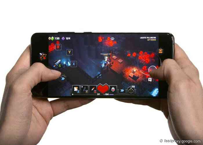 Minecraft Dungeons game optimized for touchscreen in xCloud cloud gaming