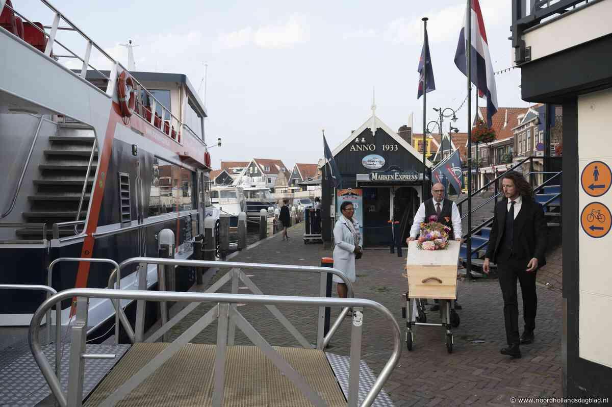 Marken Express houdt proefuitvaart in Volendam. Met de 'laatste vaart' kun je binnenkort afscheid nemen van een dierbare op het water - Noordhollands Dagblad