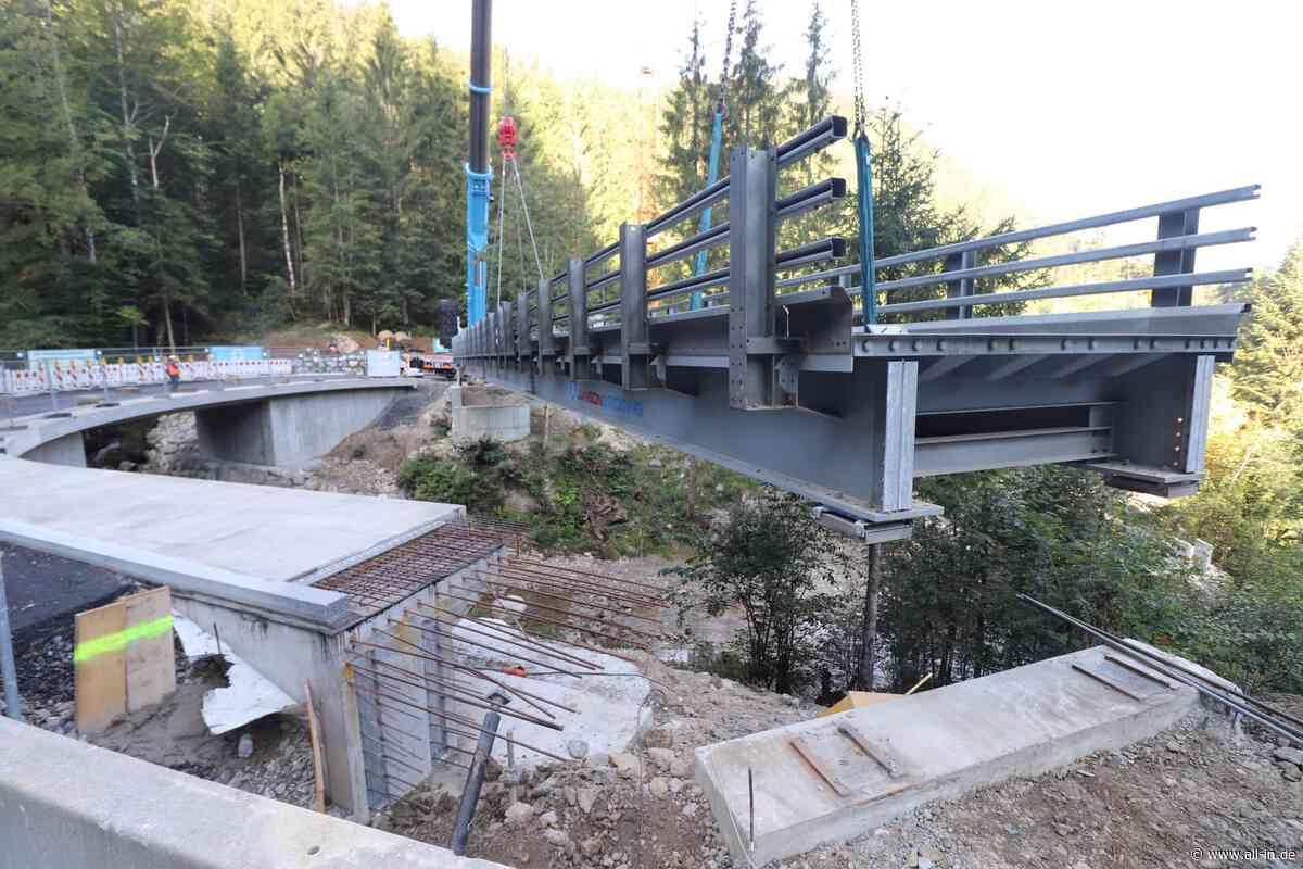 Rund 60 Tonnen: Behelfsbrücke über den Lanzenbach bei Steibis ausgehoben - all-in.de - Das Allgäu Online!