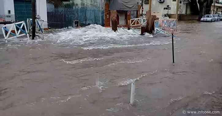 Se rompió un caño maestro y se inundaron las calles de Carapachay - infobae