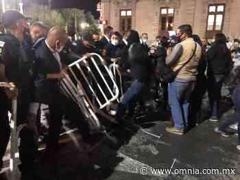 """Se enfrentan Feministas y Policías durante """"Grito"""" de Javier Corral - Omnia"""