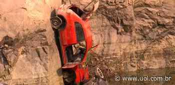SP: Carros aparecem em lago de pedreira após diminuição do nível de água - UOL