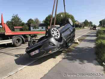 Auto over de kop na botsing met betonblok: jonge vrouw lichtgewond