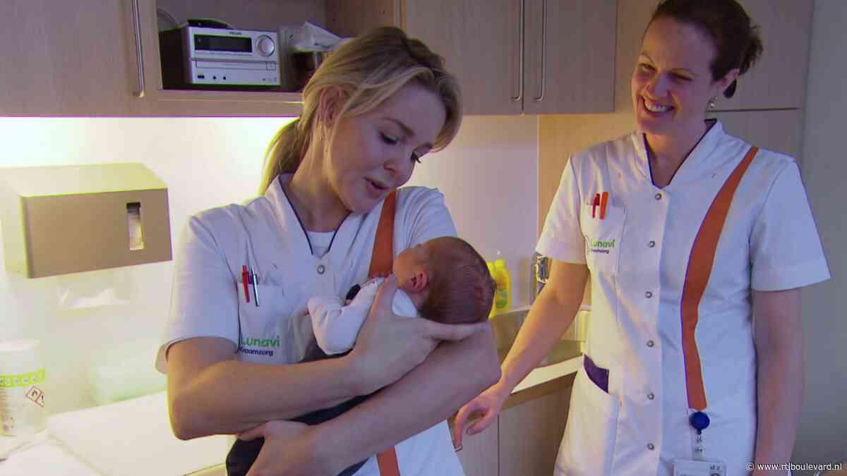 Chantal Janzen beleeft emotionele dag als kraamverzorgster - RTL Boulevard