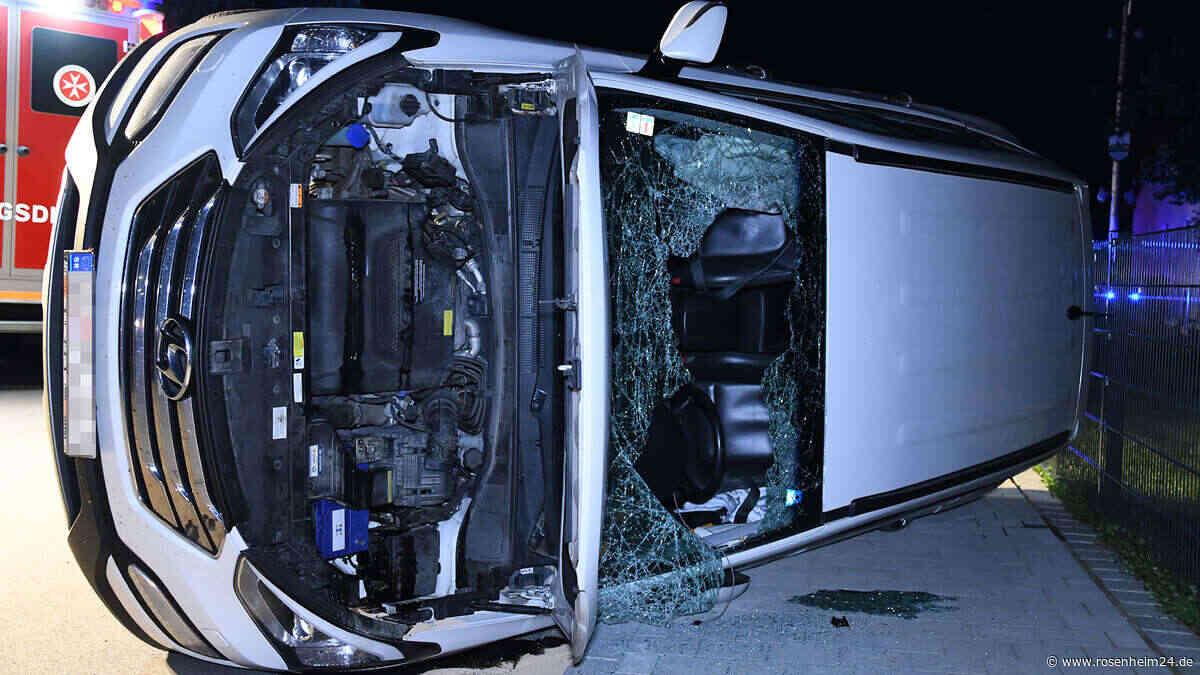 Buch am Erlbach: Crash im Kreuzungsbereich - Unfallauto schlittert auf Fahrerseite 50 Meter weit - chiemgau24.de