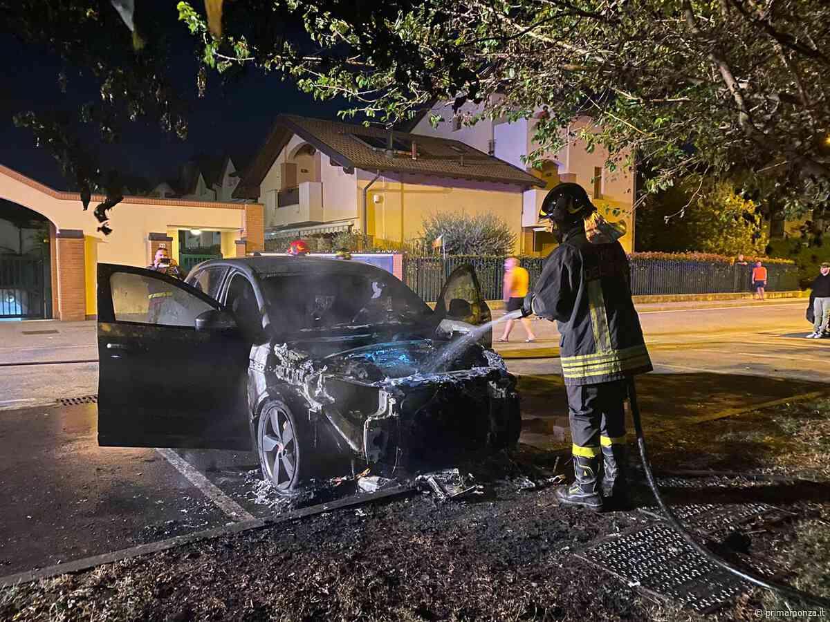 La Jaguar prende fuoco davanti a casa: intervento dei pompieri a Ornago FOTO - Prima Monza