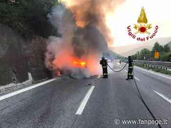Avellino, auto prende fuoco sull'Autostrada A16: due persone salvate dai pompieri - Fanpage.it