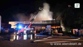 Hamburg: Brand in Lagerhalle: Feuerwehr seit zwölf Stunden im Einsatz