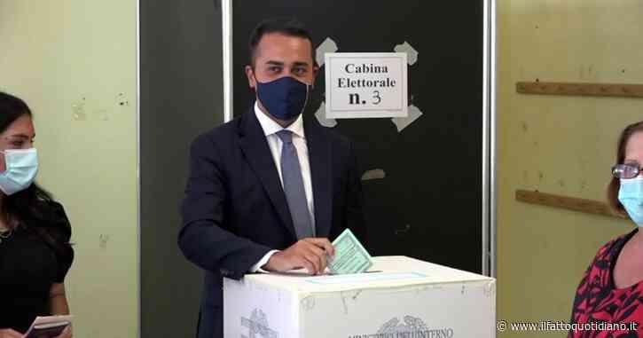 """Di Maio vota a Pomigliano d'Arco, referendum: """"Sono 30 anni che lo aspettiamo"""". Poi selfie e in bocca al lupo al candidato sindaco M5S"""