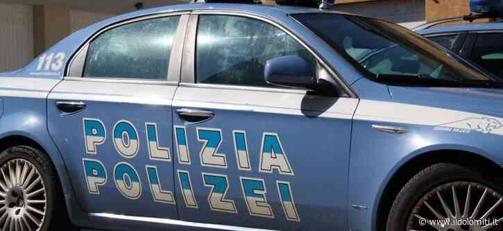 Giallo a Bolzano, 24enne trovato morto in un parcheggio. In corso le indagini delle forze dell'ordine, gli amici manifestano in strada - il Dolomiti