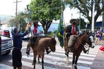 No dia do gaúcho, cavalarianos percorrem ruas de Esteio com a Chama Crioula - GauchaZH