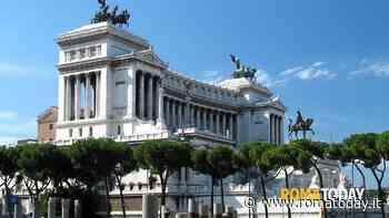 Altare della Patria, pediluvio nella fontana del Tirreno: turista nei guai