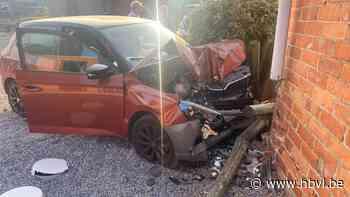 Auto rijdt door voortuin en botst tegen garage in Bilzen