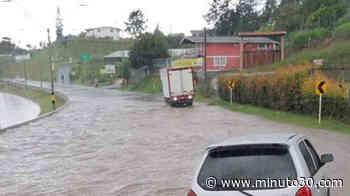 ¡Pilas! Vía La Ceja - Rionegro, sector Hacienda El Capiro, tiene paso a un carril debido a una inundación - minuto30.com
