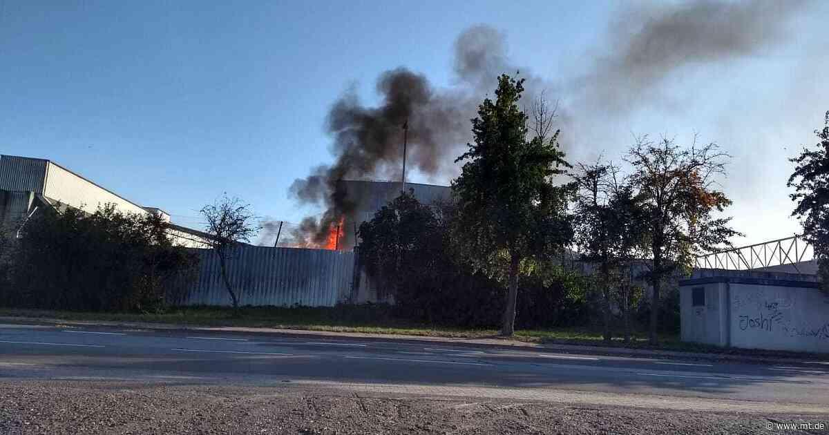 Schwarze Rauchwolke über Lahde: Feuerwehr löscht Brand bei PreZero | Petershagen - Mindener Tageblatt