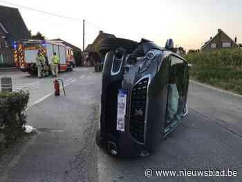 Auto vliegt uit bocht en kantelt: moeder en dochter gewond - Het Nieuwsblad
