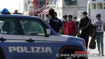 Da Lampedusa a Porto Empedocle sul pattugliatore delle fiamme gialle: ecco le immagini dello sbarco - Agrigento Notizie