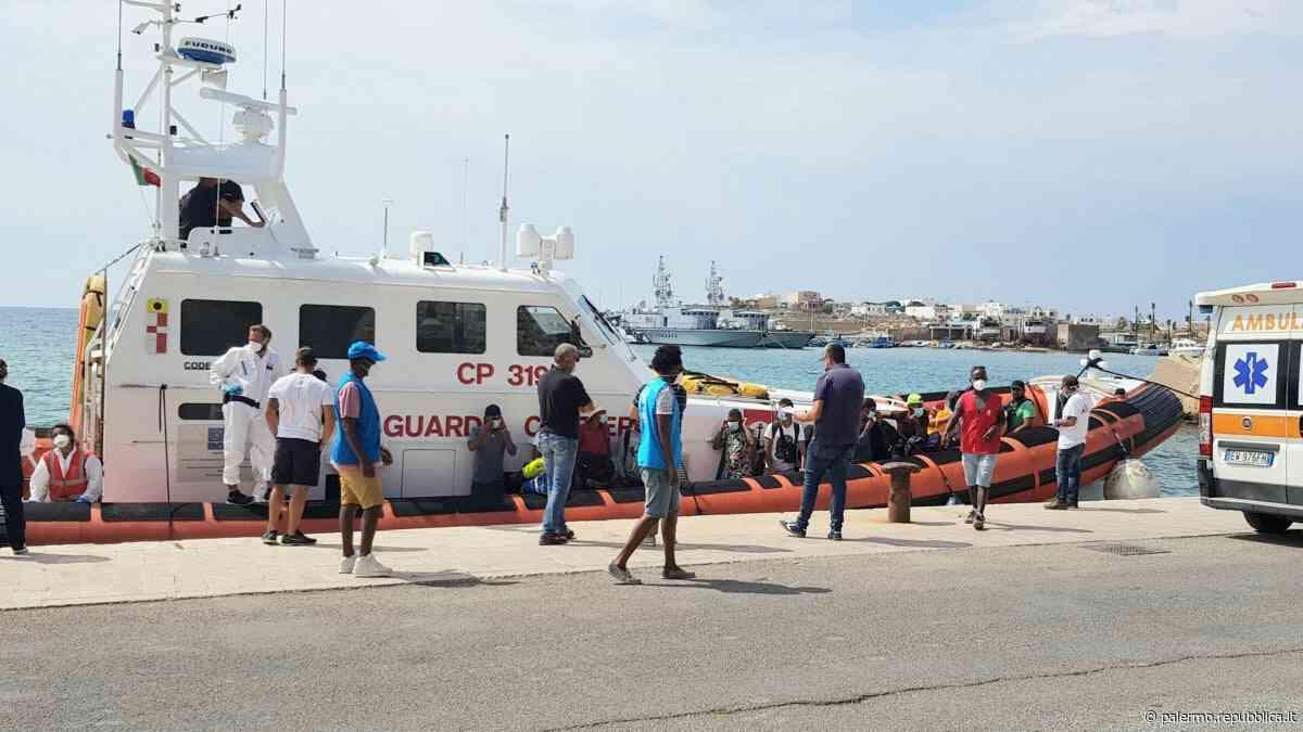 Migranti, caos a Porto Empedocle: la sindaca prova a fermare lo sbarco - La Repubblica
