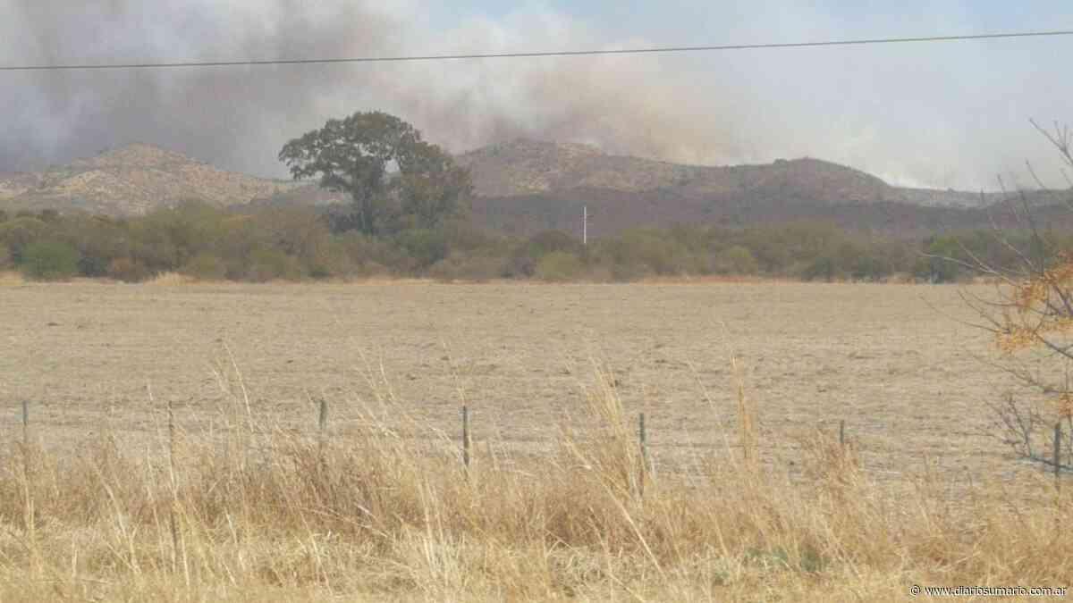 Los bomberos combaten un incendio en Falda del Cañete - diariosumario.com.ar