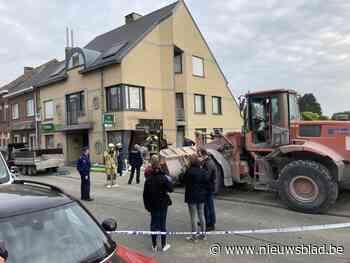 """Spectaculaire ramkraak met bulldozer zet heel het dorp op stelten: """"Buurman die poolshoogte kwam nemen, werd bekogeld met stenen"""""""