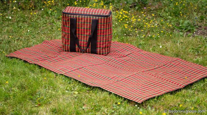 Walking competition to win moquette picnic sets
