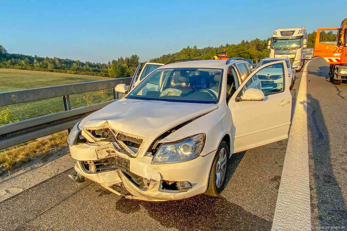 Auf A8 bei Karlsbad: Reifen löst sich von Lkw und beschädigt Tank und sechs Autos - Zwei Fahrstreifen gesperrt - Region - Pforzheimer Zeitung
