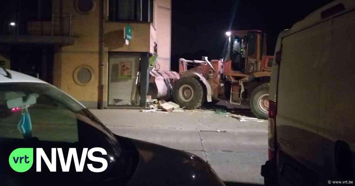 Inbrekers rammen bankkantoor met bulldozer in Kapelle-op-den-Bos, getuige filmt de ramkraak - VRT NWS