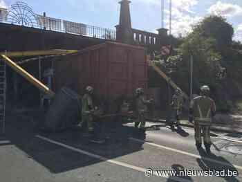 Vrachtwagen rijdt zich vast onder spoorwegbrug