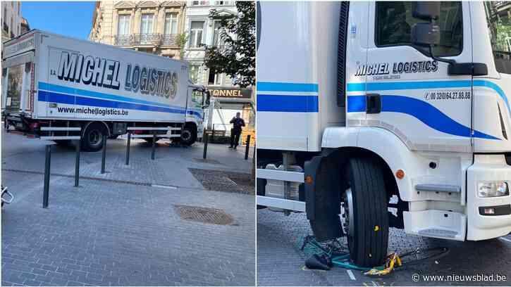 Fietser vlakbij voetgangerszone gegrepen door vrachtwagen