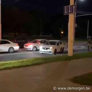 ▶ Beelden van taxi in Minsk die betoger redt gaan als lopend vuurtje de wereld rond