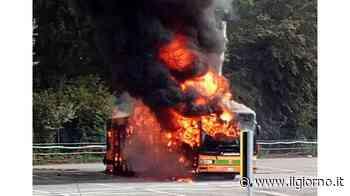 Lacchiarella, in fiamme un autobus di linea - Il Giorno