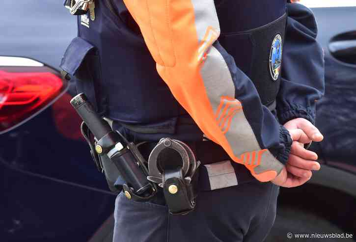 Veiligheidsagent in opleiding aangevallen wanneer hij het opneemt voor de politie: naakt op straat achtergelaten