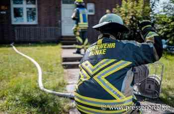 FW Hünxe: Feuerwehr löscht Baumstamm