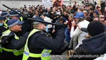 Eskalation bei Anti-Corona-Demo: Polizisten verletzt – Kinder schwenken Schilder mit Nazi-Zitat