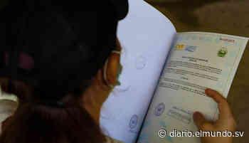 Entregan escrituras de propiedad a familias de San Pablo Tacachico que retornaron tras la guerra - Diario El Mundo
