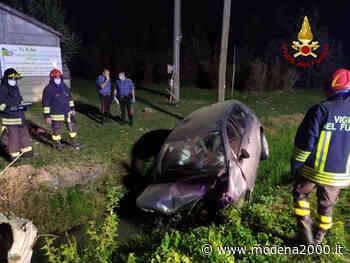 Auto esce di strada a Molinella, si ribalta e finisce nel fosso laterale: un ferito - Modena 2000