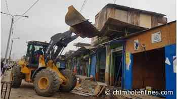 """Municipio de Chimbote inició demolición de puestos en """"El Progreso"""" con uso de maquinaria pesada - Diario Digital Chimbote en Línea"""