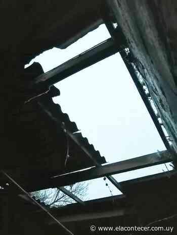 Voladura de techos y caída de ramas en Santa Bernardina producto de turbonada - El Acontecer Diario
