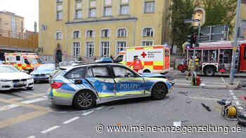 Schrecklicher Zusammenstoß auf Kreuzung: VW-Bus prallt in Streifenwagen - Gaffer greift Polizisten an und würgt ihn
