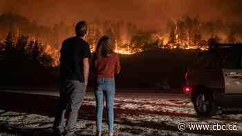 3 killed in Northern California wildfire as thousands flee wine country