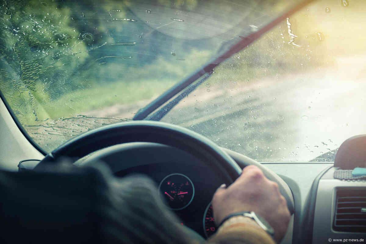 Wohl zu schnell unterwegs: Auto gerät auf A8 bei Karlsbad ins Schleudern, kippt nach rechts um und bleibt auf der Seite liegen - Region - Pforzheimer Zeitung