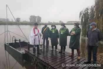 Gelegenheidspastoor zegent nieuwe palingbak Oostpolderkreek in