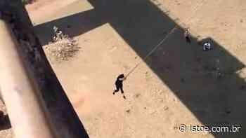 Vídeo: Mulher fica desacordada ao bater em pilastra durante salto sob ponte em SP - ISTOÉ