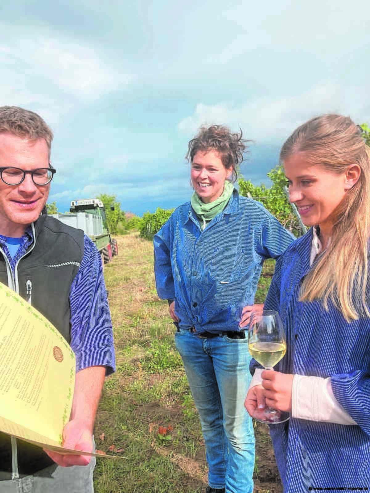 Ehrung durch Manfred Dörr: Elisabeth Seitz erhält Rebstock im Paradiesgarten Deidesheim - Deidesheim - Wochenblatt-Reporter